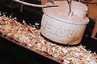 産業廃棄物・木くずを機械へ運搬、破砕、切削し、ウッドチップへと生まれ変わります。